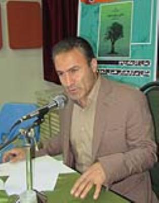 کتاب 'عشق و رنج و بلوط ' با حضور رضا موزونی در لرستان نقد شد