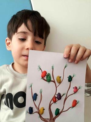 یک درخت پر از پرنده