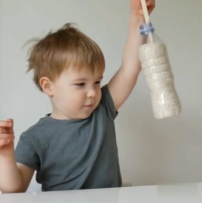 با استفاده از کفگیر بطری پر از برنج را بردارید