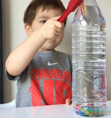 گیرههای فلزی درون آب را بدون تکان دادن بطری به حرکت دربیاورید