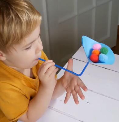 قیف کاغذی بسازید و با استفاده از آن توپها را پرتاب کنید.