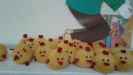 جوجه های زرد با توپ