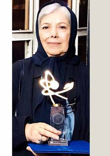 نخستین جایزه یادبود توران میرهادی برای مروجان علم در بین کودکان به ثریا قزل ایاغ اهدا شد